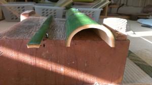 右:竹の厚み(実)がある。この厚さがないと釜を通すための穴があけられない。 左の竹の幅が2㌢。ここからうちわの形にしていく